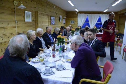 Eldre utåkerbuarar var søndag samla til høgtideleg fest for å feira 85-årsjubileet til Holmedal helselag og det forseinka 25-årsjubileet til Utåker eldresenter.