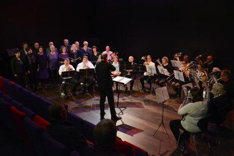 Konserten med Kammerskoret, Utåker Musikklag og Høylandsbygd Musikkorps blei eit flott samarbeid. Her frå fellesnummeret «Autumn Leaves», med dirigent Linas Dakinevicius.