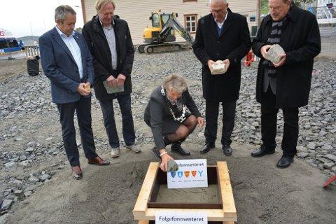 Førre månad la Folgefonna-ordførarane ned kvar sin grunnstein på tomta der det nye Folgefonnsenteret vert bygd. Frå venstre: Sigve Sørheim (Etne), Jon Larsgård (Jondal), Synnøve Solbakken (Kvinnherad), John Opdal (Odda) og Kåre Grønsnes (Ullensvang). (Arkivfoto).