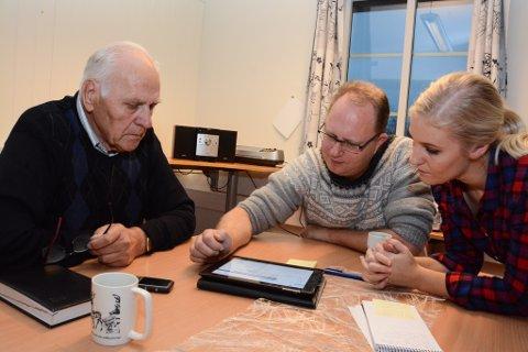 Kvinnheringen-abonnent Arvid Solbakken fekk instruksjon av redaktør Tomas Bruvik og nettansvarleg Mona Grønningen i korleis logga seg inn på kvinnheringen.no no når K+ blir lansert.