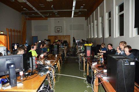 LAN i gymsalen: Det var dekka til 'data-fest' i gymsalen på Øyatun skule i helga. Blant pc-skjermar, datakabinett og kablar storkosa elevane seg.