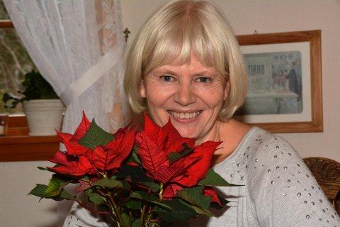Dirigenten for Halsnøy Strupeband, Kari Aalvik Tarberg (64), takkar rørt for juleblomen frå Kvinnheringen. Men æra vil ho dela med mange.