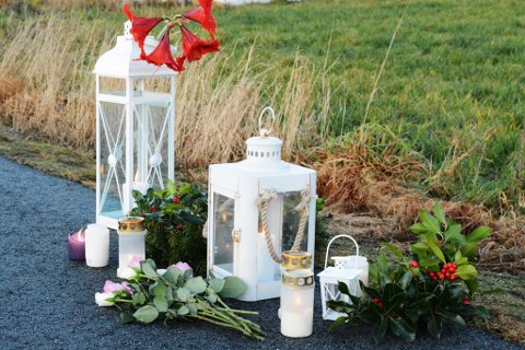 Søndag stod det blomar og tente lys på ulukkesstaden ved Sandvikjo på Halsnøy.