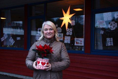 Mange får nyta godt av engasjementet til Anne-Grethe Kjærstad Berge, som blant anna er bygdelagsleiar i Åkra. Vi møtte ho på Skarveland skule for å overrekkja ein juleblom, der ho jobbar som lærar.