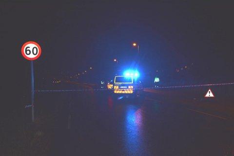 Frå ulukkesstaden ved Sandvikjo på Halsnøy, der ein bil og ein moped kolliderte laurdag 12. desember. (Foto: Tomas Bruvik).