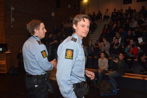 Tysdag var politistudentane Eldar og Christian på Husnes ungdomsskule og snakka med elevane om nettvett.