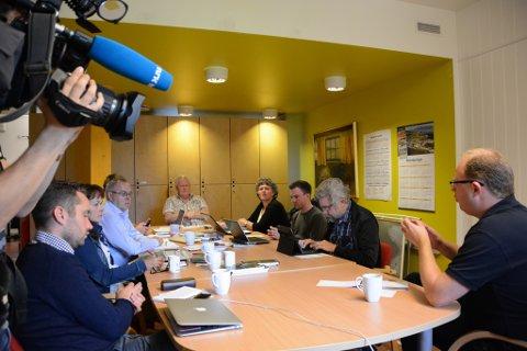 Denne veka får ordførarkandidatane i Kvinnherad prøva seg som redaktørar og journalistar. Her frå morgonmøtet måndag, der NRK Vestlandsrevyen var på plass for å laga nyhendeinnslag.