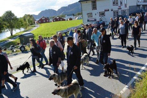 OPPMARSJ: Hundar, eigarar, dommarar og kjentmenn marsjerte frå grana i Uskedalen til Stemneplassen, der det var premieutdeling laurdag kveld.