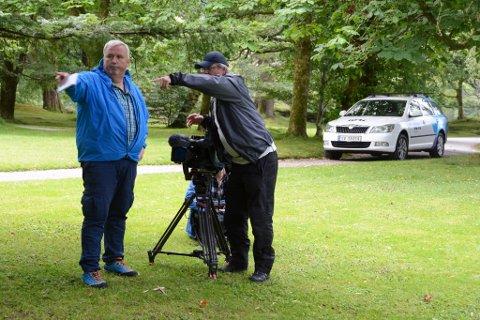 Norge Rundt filma i Rosendal denne veka. Her ser du programleiar Tom Erik Sørensen (t.v.) få instruksar frå fotograf John Arnt Nøstdal.