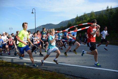 Spreke ungdommar i farta rett etter starten av årets skule-Søralløp. (Foto: Carina Wangensten).