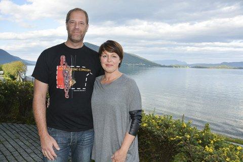 Simon og Monica Musland-Massey har leigd ut ei sokkelleilegheit gjennom AirBNB i sommar. (Foto: Elisabeth Berg Hass).