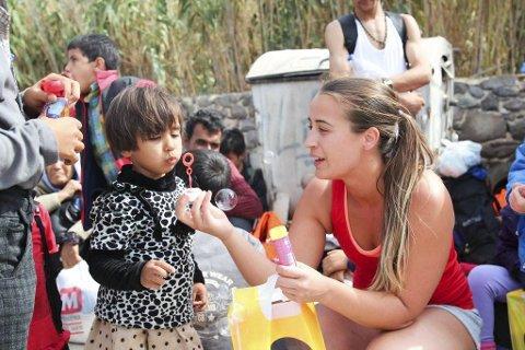 BOBLER: Her er ei av mange som Chanel Strand har vore med og gitt hjelp i løpet av opphaldet i Hellas. (Privat foto)
