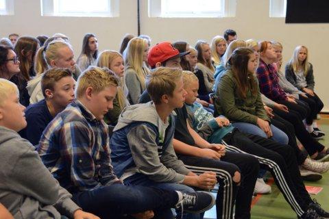 Elevane på Øyatun ungdomsskule verka interesserte i det dei seks ordførarkandidatane fortalde. Fleire hadde også førebudd spørsmål som dei stilte til politikarane.