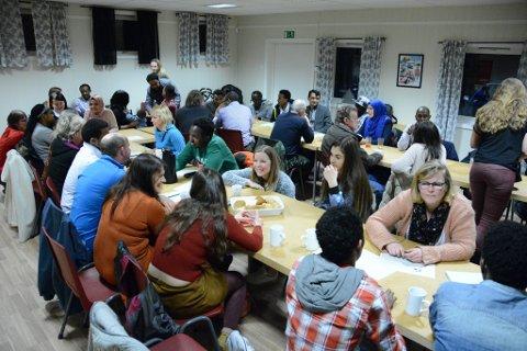 Det var tydeleg at ein møteplass for integrering var eit etterlengta tiltak. Onsdag kveld møtte 43 personar opp til den første møteplassen i Røde Kors-huset på Husnes.