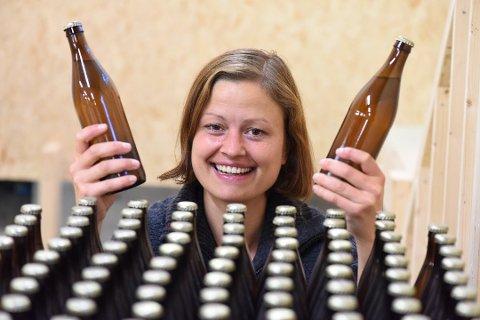 Margit Lund-Mikkelson ser fram til å få øl frå Mykle Mikrobryggeri ut på marknaden. (Foto: Jonn Karl Sætre).