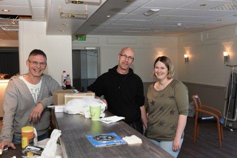 F.v. Yngve Olsen, John Arne Djuve og Ann Christin Djuve har hektiske dagar med å gjera om Jonas Bar til Pizzabakeren Husnes.