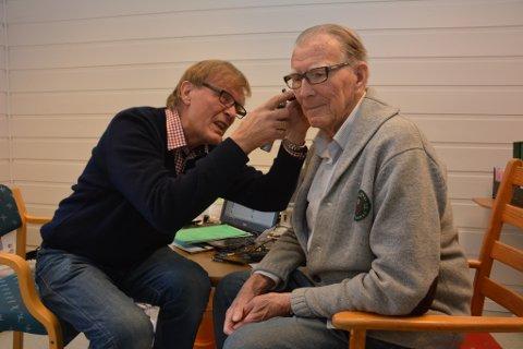Sverre Revheim (t.h.) har hatt mange konsultasjonar hos høyrselslege Terje Heggebø. Her møtest dei for siste gongen – i alle fall i rollene som lege og pasient.