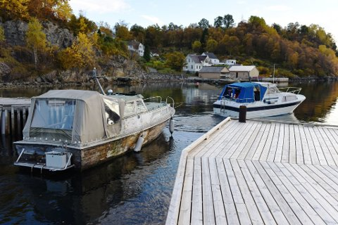 Her legg ein litt sliten trebåt ut på siste reis frå Sandvoll båthamn onsdag kveld. Bak i båten som sleper står eks-trebåteigar Ole Berntsen.