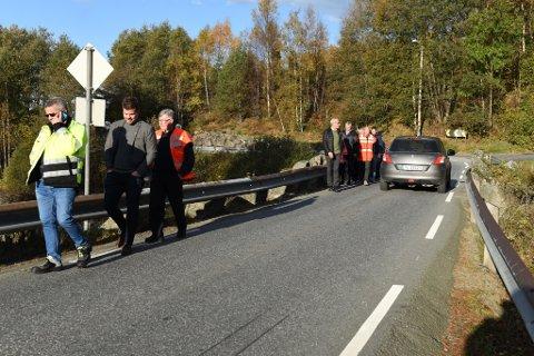 Synfaringa stoppa mange stader i løpet av Kvinnherad-turen. Her ved Handeland bru på Sandvoll.