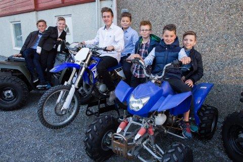 Festkledde 4H-ungdomar med interesse for motorsport: Andreas Hansen, Halvor Hass, William Svendsen, Vebjørn Hjelmeland, Magnus Haugse, Ludvig Søllesvik og Gaute Tungesvik.