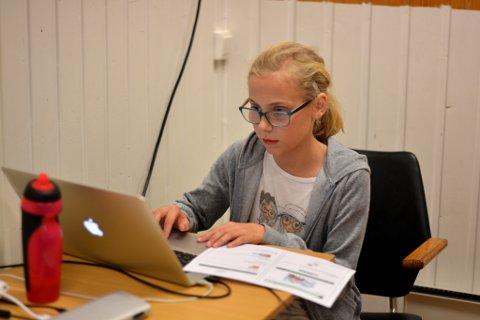 Linneah Tveit Vårdal (11) vart skuffa då ho ikkje fekk plass på kodekurset i vår, men er veldig nøgd med at ho og pappa Karl Petter Vårdal no har starta kodeklubb i Kvinnherad.