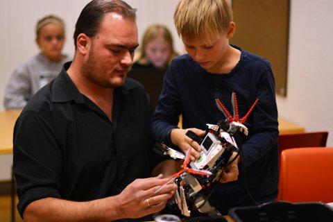 Lukas Aleksander Sunde (10) og pappa Stig Atle Sunde hadde med seg ein EV3-robot frå serien Lego Mindstorm.