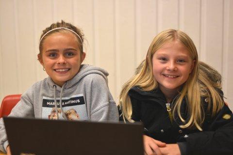 Veninnene Emilia Kleven Volden (9, t.v.) og Thea Emilie Vatterdal Markhus er av dei som storkosar seg på kodeklubb.