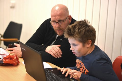 Karl Petter Vårdal har teke initiativ til å starta opp Kodeklubben Kvinnherad. Her hjelper han Aleksander Larsen (9), som lagar eit elektronisk julekort med Scratch-programmet.