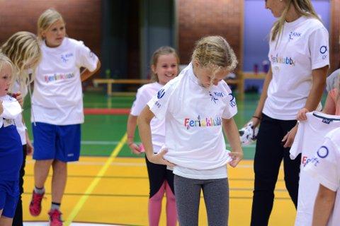 Kvinnherad handballklubb har fått 15.000 kroner til ferieklubb og handballskule i år og til neste år. Her frå ferieklubben i august. (Arkivfoto).