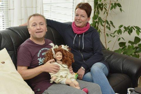 PÅ RETT STAD: Svein Jarle Legland har det som plomma i egget på Hagetunet i Uskedalen. Her saman med favorittdokker og «favorittdama» Anne Kjersti Lunde.