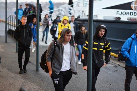 Ungdommane frå Kvinnherad må tidleg opp skal dei nå båten til Stord. Her ser du nærmast Marius Quam (t.v.) og Marcus Størksen. Bak til venstre ser du Magnus Eide. Alle tre bur på Halsnøy.