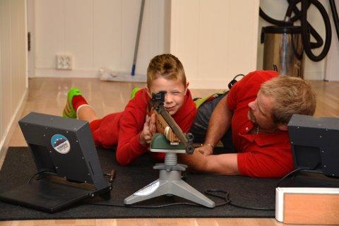 Olve Lekva Hjelmeland (7) er ingen fast skyttar, men fekk lov til å testa eit par skot på blink i samband med oppstarten av in-neskytingssesongen.