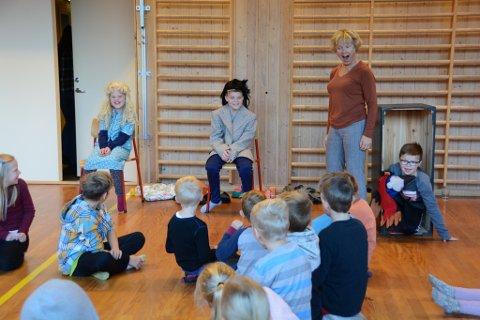 Elevane ved Bringedalsbygda skule fekk sjølve vera skodespelarar som rollekarakterar frå Roald Dahl si historie «Matilda». F.v. Vilde Reime, Geir Hillestad, Johanne Øvstebø Tvedten frå Sunnhordland Museum og Tobias Sætre Bjelland.