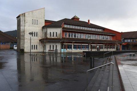 I mars 2015 vart Aksen råka av vasslekkasje. Framleis er lagnaden til bygget uavklara. (Foto: Jonn Karl Sætre).