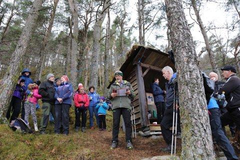 Søndag tok rundt 100 personar turen opp til rastehytta i Stegabrekko. Der blei arbeidet Turstiar på Sunde har gjort med å oppgradera hovudtraseen til Kaldestadåsen markert. Ivar Vaage fortalde om dugnadsarbeidet og takka sponsorane. (Foto: Trond-Arve Moen).