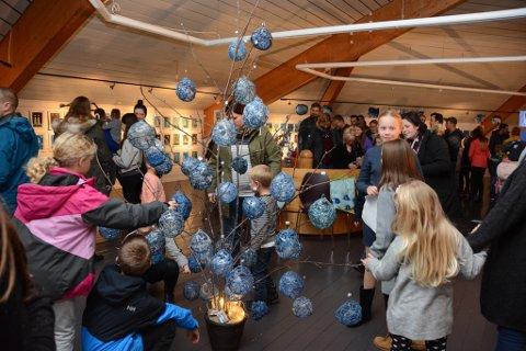 Mange hundre vaksne og barn var på biblioteket på Husnes tysdag kveld då kunstutstillinga «Ein blå draum» blei opna. Kunstverka er laga av til saman 500 elevar frå skulane Undarheim, Sunde, Valen, Skarveland og Bringedalsbygda.