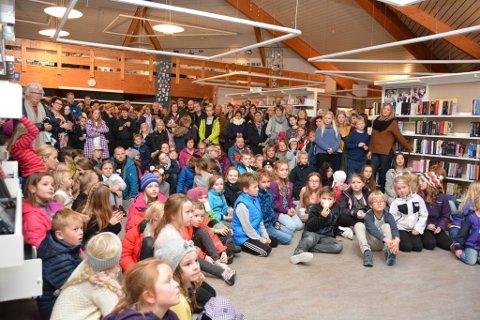 Utstillinga blei opna med underhaldning av elevar, Nattergalen song og elevar las dikt. Nærmare 700 hadde teke turen til biblioteket tysdag ettermiddag, både kunstnarane sjølve, foreldre og andre.