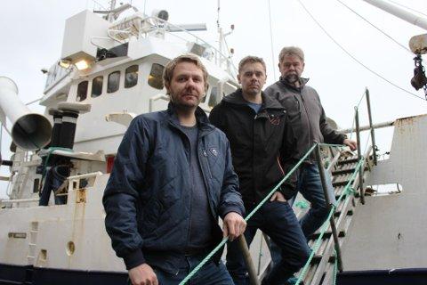 Arild Benjaminson (t.h.) og sønene Bjørn Egil (midten) og Roar ser fram til å ta den nyinnkjøpte fiskebåten i bruk.