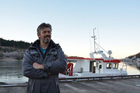 Willy Ommer er godt nøgd med det nyaste innkjøpet sitt, ein seks månadar ny 33 fot lang sjark. Til februar går turen til Lofoten.