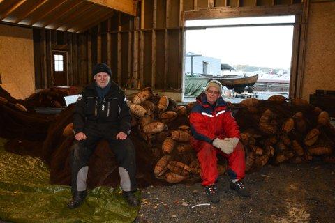 Endeleg er lagshuset tett, og Halvard (t.h.) og Edvin Hammerø i Opsangervågen kystlag kan flytta båtane innomhus. Tre bevaringsverdige doryar er av dei som skal få plass i det store bygget.