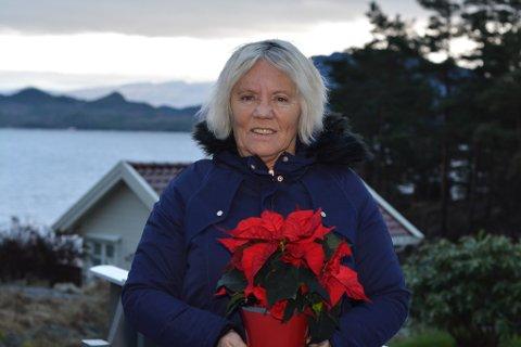 Nina Solheim på Halsnøy blir rørt og glad då ho får juleblom frå Kvinnheringen, men mange vil nok vera samde i at det er vel fortent.