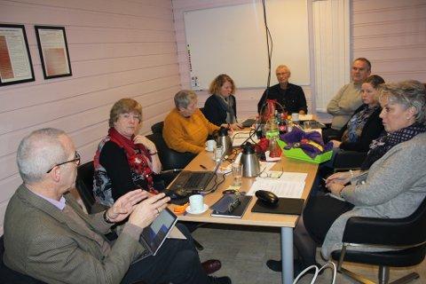 Kontrollutvalet, utanom rådmann Odd Ivar Øvregård (heilt til venstre), vedtok onsdag at revisjonsselskapet Deloitte skal vurdera vedtaket i kommunestyret om å auka husleigeprisane, og habiliteten til Ove Lemicka. Frå venstre og rundt bordet: Kari Nygård, Oddbjørg Heimark (KrF), representanten for Deloitte; Else Holst-Larsen, Sigmund Nordfonn (Frp), Svein Åge Vangdal (Sp), Una Kolle (SF) og Synnøve Solbakken (Ap).