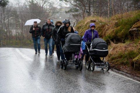 Folket på Kaldestad vil ikkje lenger gå med livet som innsats på den smale og svingete vegen over Kaldestad. Fremst med barnevogn går Ingrid Fjellandsbø Røstbø (t.v.) og Stine Kaldestad. Dei vaksne bakover i følgjet er Kaja Prestnes, Kurt Ove Fjellandsbø, Steinar Kleven, Egil Prestnes og Håkon Røstbø. Godt flankert går borna Elin, Emil Olai, Amund, Erlend, Olav og Håvard.