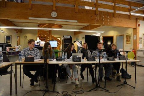 I panelet sat Trym Vårdal, leiar i AUF, Vigdis Gammelsæter frå Røde Kors, Zumilana Eldi, flyktning og kvinnhering, Linda Lillesletten, flyktningkoordinator, Kay Morten Torget, leiar i Kvinnherad FrP og Elisabeth Croles frå Vaksenopplæringa.
