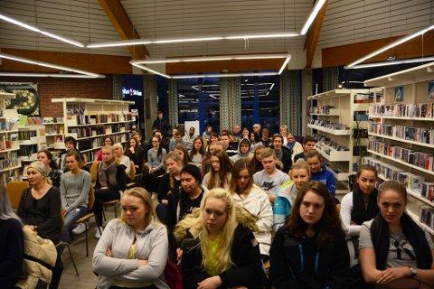 Mange ungdommar på debattmøtet på Husnes.