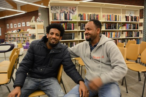 Abraham (30) frå Eritrea og Solomon (32) håpar kvinnheringane vil snakka med dei.