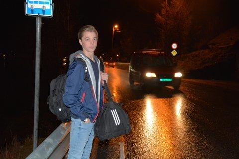 Busstoppen Ruben Fjelland Særsten og dei andre skuleungdomane bruker på Lundsneset er ikkje nett romsleg, og skapar ein del farlege situasjonar.