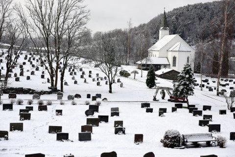 Snøen dekkjer bakkane ved kyrkja på Husnes. (Foto: Jonn Karl Sætre)