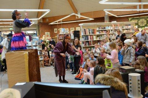 For det yngste publikummet vart familiedagen på biblioteket høgdepunktet. Her frå teatergruppa Krabatene sin mikromusikal. (Foto: Rita Isdal Cunningham).