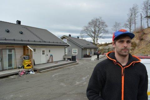 Martin Heggøy og dei andre huseigarane meiner det er grove ned store mengder asbest i grunnen. Dei krev at seljaren, Sunde Prosjektutvikling, ryddar opp.